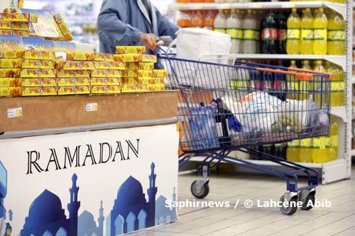 Des grossistes de Rungis aux hypermarchés, en passant par les commerçants de quartier, les ventes de nombreux produits bondissent pendant le mois de Ramadan. Ici, rayons de dattes et de boissons gazeuses, dans un hypermarché Leclerc, à Vitry-sur-Seine