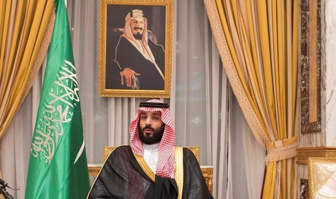 Le prince héritier saoudien Mohammed ben Salmane, avec, au-dessus, le portrait du roi Salmane.