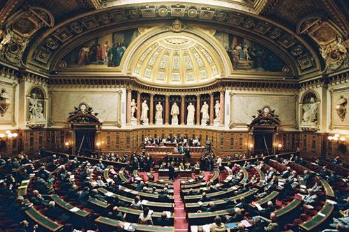 Le Sénat vote l'interdiction du voile intégral
