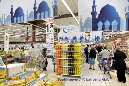 Chaque année, les linéaires dédiés aux produits halal et spécial Ramadan gagnent en superficie. Ici, en 2008, l'hypermarché Leclerc de Vitry-sur-Seine.