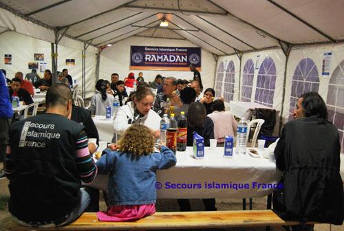 Installé dans une tente-chapiteau, boulevard Anatole-France, à Saint-Denis (93), le restaurant solidaire du Secours islamique France a accueilli jusqu'à 200 personnes tous les soirs du Ramadan 2010.