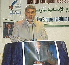 Une centaine de personnes a tenu à rendre hommage à leur ami, professeur, collègue Ridha Chaïbi, lundi 25 octobre 2010. Ici, Ahmed Jaballah, directeur de l'IESH, institut dans lequel enseignait R. Chaïbi.