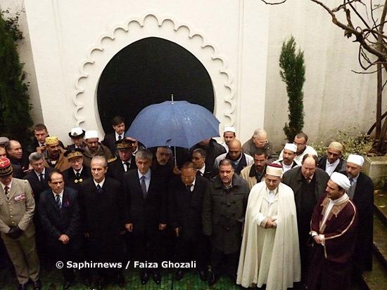 Hommage aux soldats musulmans qui ont donné leur vie au cours des deux guerres mondiales qui ont traversé le XXe siècle en Europe. Deux plaques commémoratives ont été dévoilées, ce jeudi 11 novembre 2010, à la Grande Mosquée de Paris.