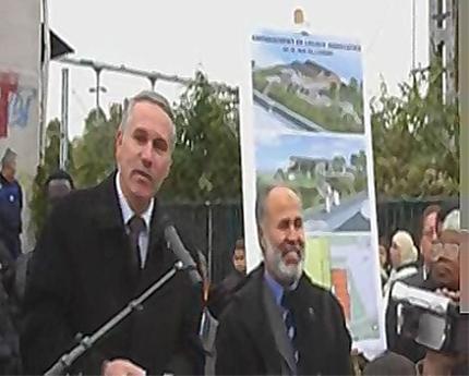 Hervé Chevreau, maire d'Épinay-sur-Seine, et Hamid Boushaki, président d'Intégration musulmane spinassienne (IMS), lors de la pose de la première pierre de la mosquée, en octobre 2007.