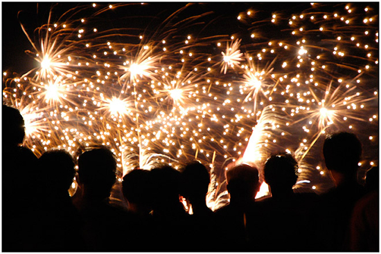 Le 14 juillet, symbole de la « fête de la nation tout entière ». Ici, les feux d'artifice, qui font partie de la panoplie des festivités du 14 juillet, avec le défilé militaire et le bal des pompiers.