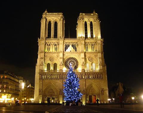Parmi les symboles de Noël : la crèche, la veillée, la messe de minuit et les présents entreposés sous le sapin.
