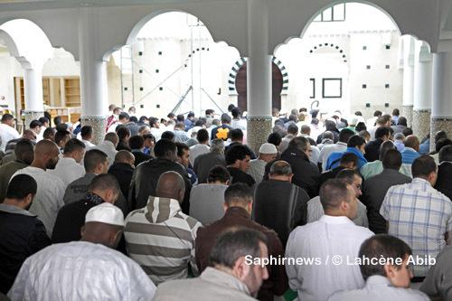 Prière du vendredi. Ici, à la mosquée de Tremblay-en-France (93), ouverte en avril 2010, qui peut accueillir jusqu'à 1 500 fidèles.