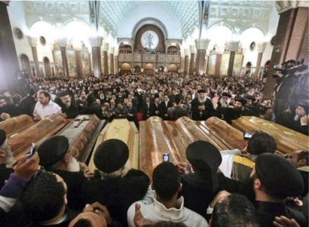 Près de 5 000 personnes ont assisté, samedi 1er janvier 2011, aux obsèques des 21 victimes de l'attentat survenu la veille, à Alexandrie.