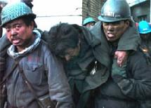 221 mineurs se trouvaient sous terre au moment de l'explosion survenue dimanche soir dans la mine de charbon Dongfeng à Qitaihe, le lundi. (AP Photo/Xinhua News, Cui Feng)