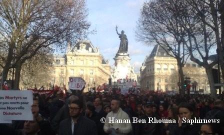 Au lendemain de la chute de Ben Ali, plusieurs milliers de personnes, principalement issues de la communauté tunisienne, se sont réunis pour manifester leur joie en France (ici, à Paris).
