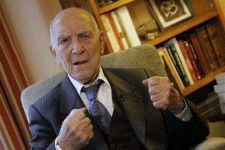 Stéphane Hessel devait intervenir à l'Ecole normale supérieure (ENS) mardi 18 janvier. Les associations juives, notamment le CRIF, l'en ont empêché.