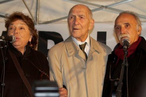 Stéphane Hessel, entouré de Leila Shahid et de Michel Warshawski, à la place du Panthéon, mardi 18 janvier.