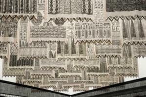 « Les Maîtres invisibles », œuvre monumentale composée de 99 bannières de coton, est un hommage à quatorze grands mystiques soufis.
