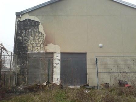 La façade extérieure de la mosquée d'Epinay, en Seine-Saint-Denis, a été endommagée le 14 février, provoquant une nouvelle fermeture du lieu de culte.