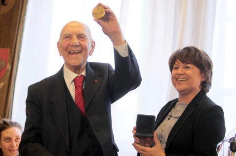 Stéphane Hessel, médaillé d'or de Lille par Martine Aubry