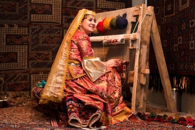Lors de la célébration de l'indépendance, une femme azerbaïdjanaise montre le tissage traditionnel des tapis.