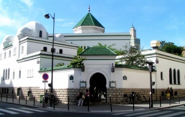 La Grande Mosquée de Paris illuminée en rouge en soutien à la liberté religieuse dans le monde