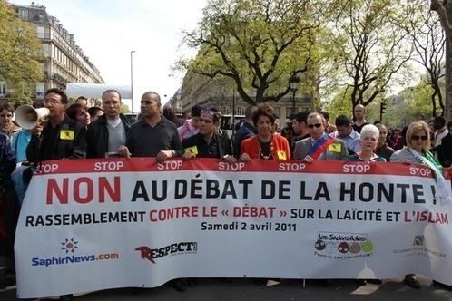 A gauche : Marc Cheb Sun De Respect  Mag,Anouar Hassoune des Hybrides de la République, Mohammed Colin de SaphirNews.com. Avec l'écharpe tricolore : Hamou Bouakkaz, à sa gauche Bariza Khiari