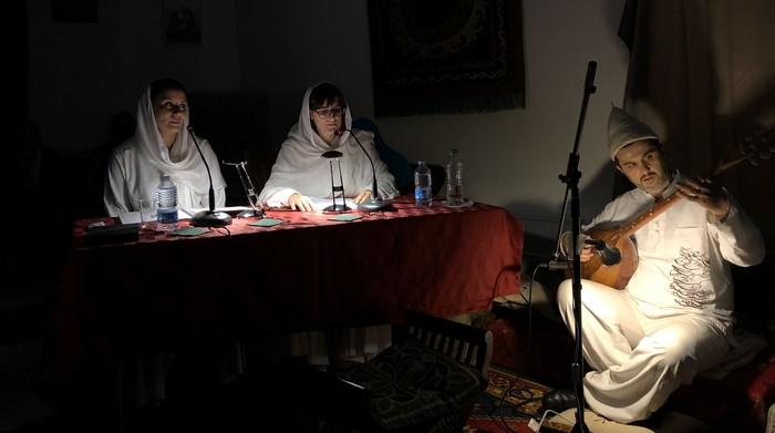 Artiste soufi albanais, Enris Qinami est diplômé de guitare et enseignant de musique. Egalement ethnomusicologue, il est passionné par les traditions de la mystique et des arts de l'islam. Il se produit, notamment, avec l'ensemble Dervish Spirit. © Maison soufie