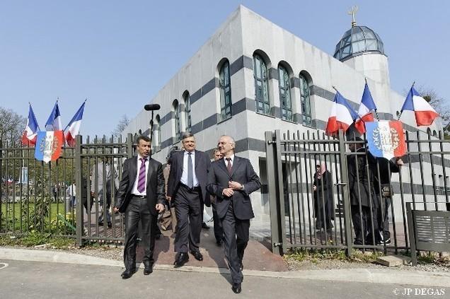 A l'inauguration de la mosquée de Tremblay-en-France, Abdelghani Bentrari (à g.), président de l'UMTF, Christian Lambert, préfet de Seine-Saint-Denis et François Asensi (à dr.), député-maire de Tremblay.