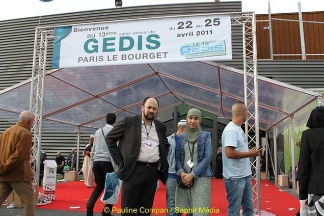 Karim Ouachek, responsable du salon GEDIS et une de ses collaboratrices