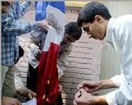 Le drapeau français brûlé par des manifestants au Pakistan