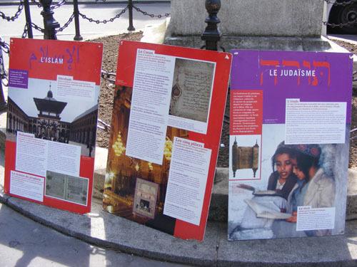 Des panneaux informent les visiteurs sur les fondamentaux des religions.