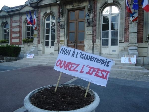 Le fermeture de l'IFESI depuis fin avril ont poussé les étudiants de l'école à multiplier les rassemblements de soutien. Le dernier en date s'est tenu samedi 21 mai devant la mairie de Boissy-Sain-Léger.