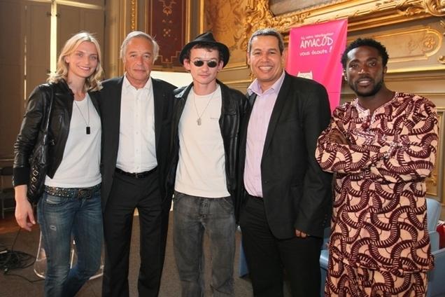 De gauche à droite : Sarah Marshall, François Rebsamen (Sénateur-Maire de Dijon), Julien Courbey, Mohamed Bekhtoui (conseiller municipal à la ville de Dijon) et Elie Kamano, lors de la cérémonie anniversaire de l'AMACOD.
