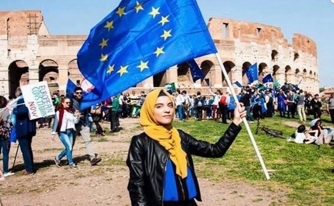 Yasmine Ouirhrane a été nommée par le Parlement européen, avec le concours de la fondation Schwarzkopf, lauréate du prix du Jeune européen de l'année 2019. ©️ Benjamin Fievet, March for Europe, Rome 2017.