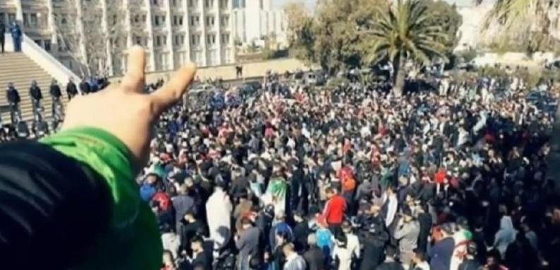Mobilisations populaires sans précédent en Algérie, Bouteflika sous pression