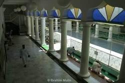 Intérieur de la mosquée Noor-E-Islam, première Grande Mosquée française, située au 111, rue du Grand-Chemin, en plein centre-ville de Saint-Denis de La Réunion. Sa construction débute en 1898, elle est inaugurée en 1905. Agrandie en 1960-1962, elle est partiellement détruite par un incendie en 1974 et reconstruite en 1979.