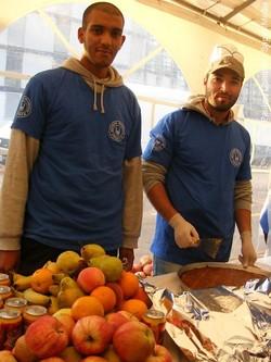 Les bénévoles du SIF distribuent les repas.