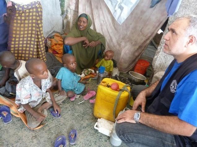 Mahieddine Khelladi, directeur exécutif auprès d'une famille somalienne déplacée.