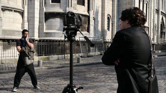 Stany Coppet (comédien) et Nadir Ioulain (réalisateur, à dr.), près du Sacré-Cœur, à Paris, lors du tournage de la bande-annonce d'« Un dîner presque français ? ».