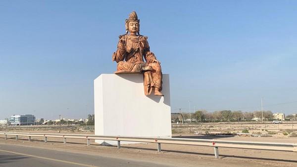 Une sculpture bouddhique géante a fait son apparition aux Emirats arabes unis le long d'une autoroute, dans le cadre d'une exposition promue par le Louvre Abu Dhabi. © The National