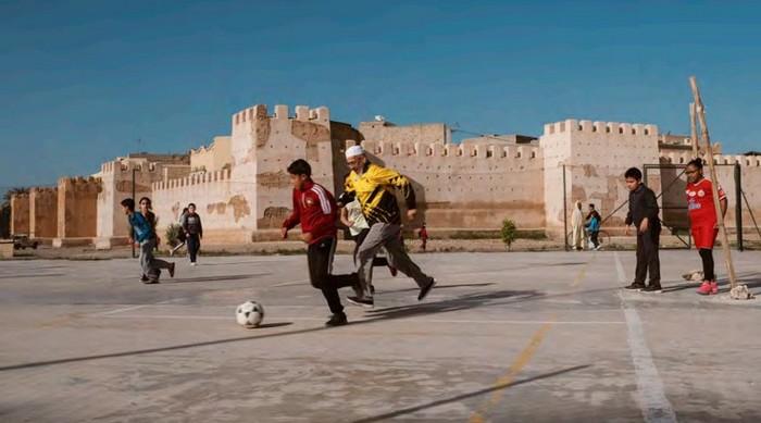 L'Institut du monde arabe (IMA) accueille l'exposition « Foot et monde arabe, la révolution du ballon rond » du 10 avril au 21 juillet. Grand-père jouant au foot avec des enfants Taroudant, Maroc 2018 © Joseph Ouechen