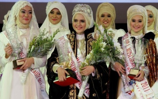 La Miss Musulmane 2011 en Indonésie (au centre) a remporté le concours le 12 septembre dernier.