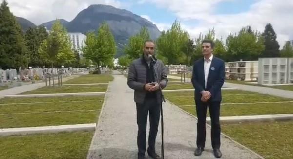 Riadh Azouni, secrétaire général du Conseil des imams de l'Isère (à gauche), aux côtés du maire de Grenoble Éric Piolle pour l'inauguration, samedi 4 mai, du premier carré musulman de la ville.