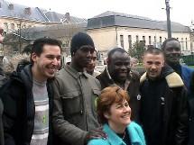 Basil Boli et Dominique Voynet posent devant la mairie de Saint Denis avec des jeunes de la ville.