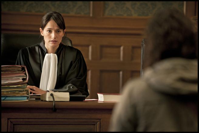 Claire (Marie Gillain) face à une mère de famille endettée (Amandine Deswasmes).