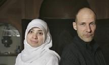 Asmaa Abdel-Hamid et son co-présentateur Adam Holm