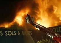 Un entrepôt urbain incendié à Aulnay-sous-bois, en pleines révoltes urbaines