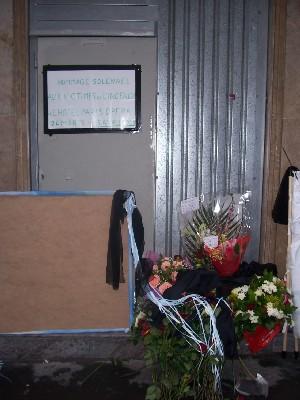 Une gerbe, en l'honneur des victimes du 15 avril 2005