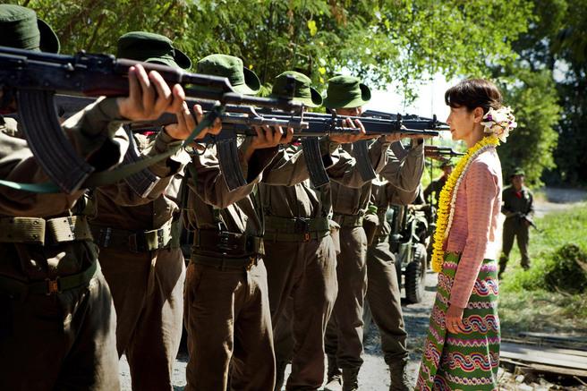 « The Lady  », de Luc Besson, avec Michelle Yeoh qui incarne la militante Aung San Suu Kyi, en lutte contre la junte birmane (Photo Magali Bragard © 2011 EuropaCorp).