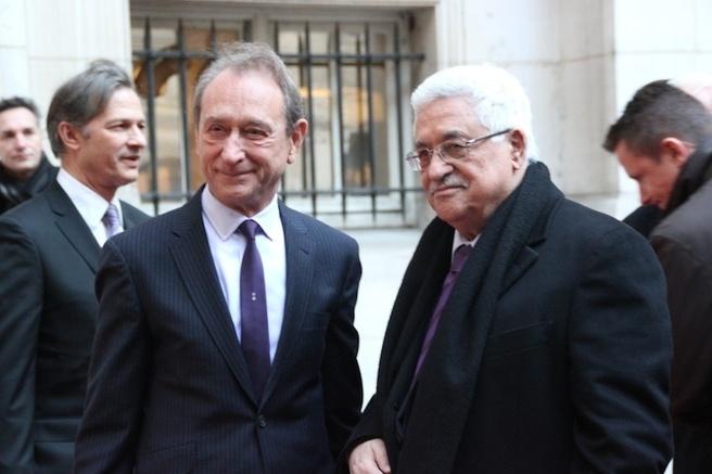 Bertand Delanoë. et Mahmoud Abbas dans la cour de l'Hôtel de Ville de Paris.