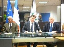 Le maire de Nice (au centre) aux côté de M. Bekri (à g.) et de M. Vérola.