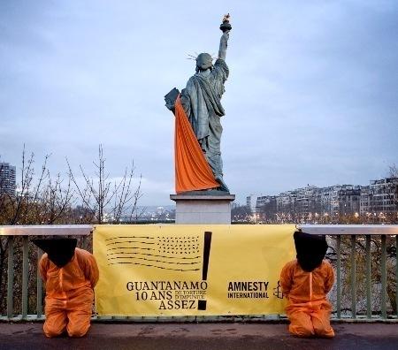 Amnesty International a drapé la Statue de la Liberté de Paris d'une bâche orange, mardi 10 janvier, pour réclamer la fermeture sans délai de Guantanamo. © Pierre-Yves Brunaud