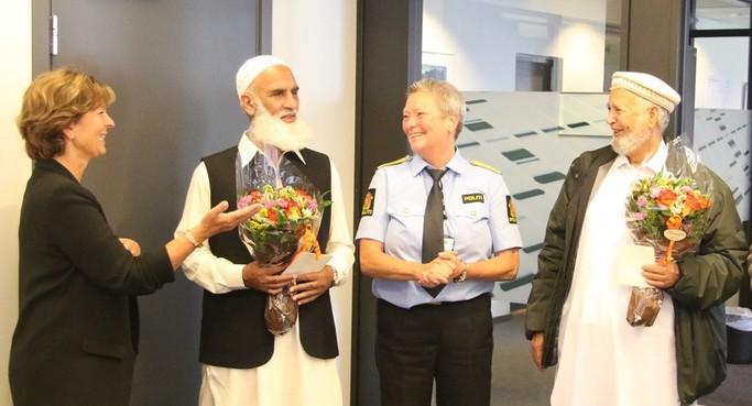 La police de Sandvika a organisé, jeudi 16 août, une cérémonie en l'honneur de ces deux héros en présence de Lisbeth Hammer Krog, la maire de Baerum. © Police d'Oslo