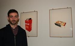 L'artiste Ali Cherri devant ses sérigraphies.